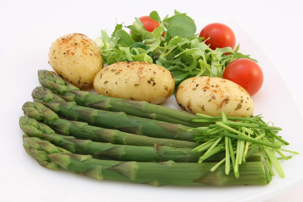 Chřest, brambory a rajčata