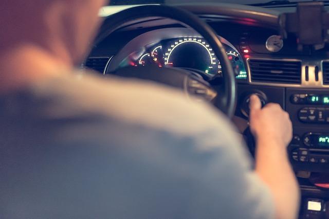 muž při řízení