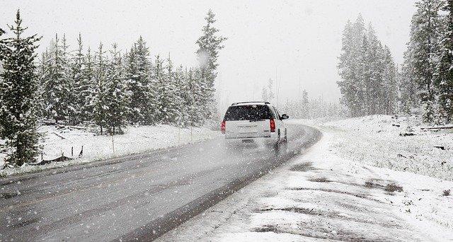 auto jedoucí po zimní silnici