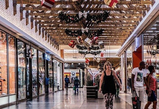 Vánočně vyzdobené obchodní centrum