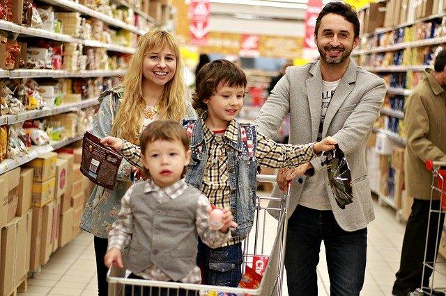 Rodina na nákupu v obchodě