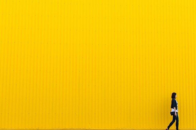 žlutá stěna, mladá žena